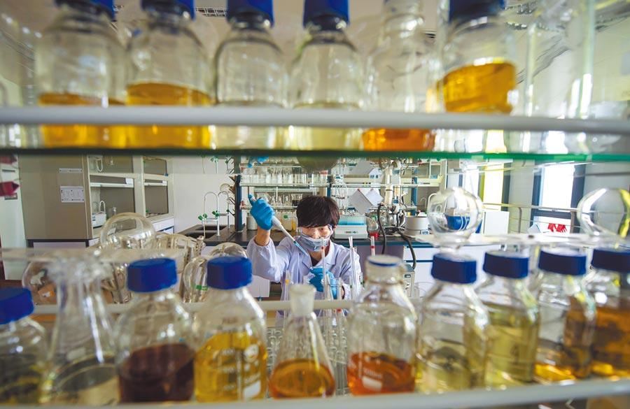 人福醫藥集團科研人員在實驗室進行研究工作。(新華社資料照片)