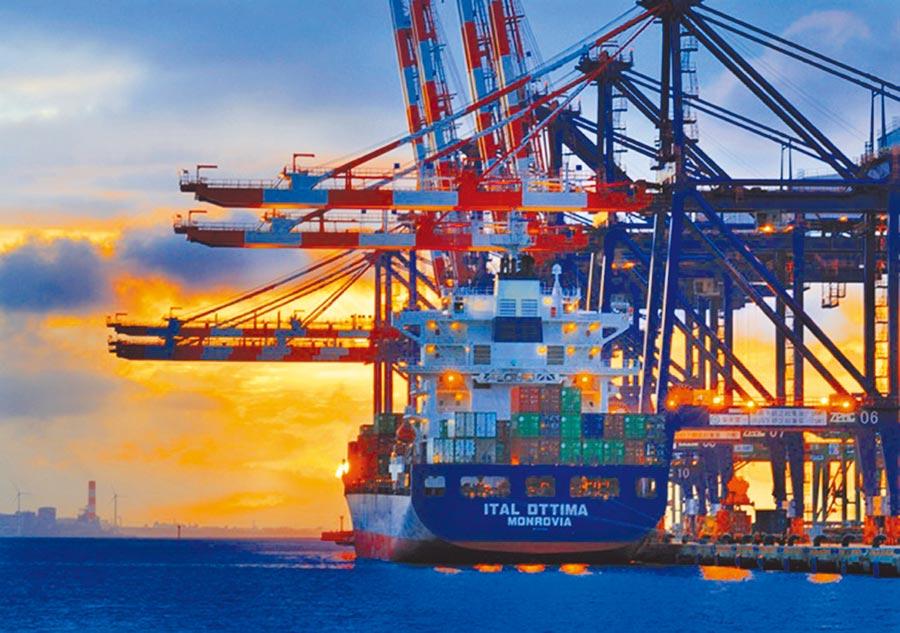 貨櫃船停靠台北港。(本報系資料照片)