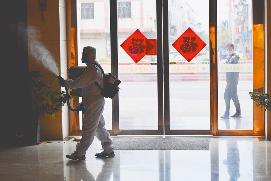 2月6日,福建晉江專業消毒人員在對一處酒店大廳進行消毒作業。(新華社)