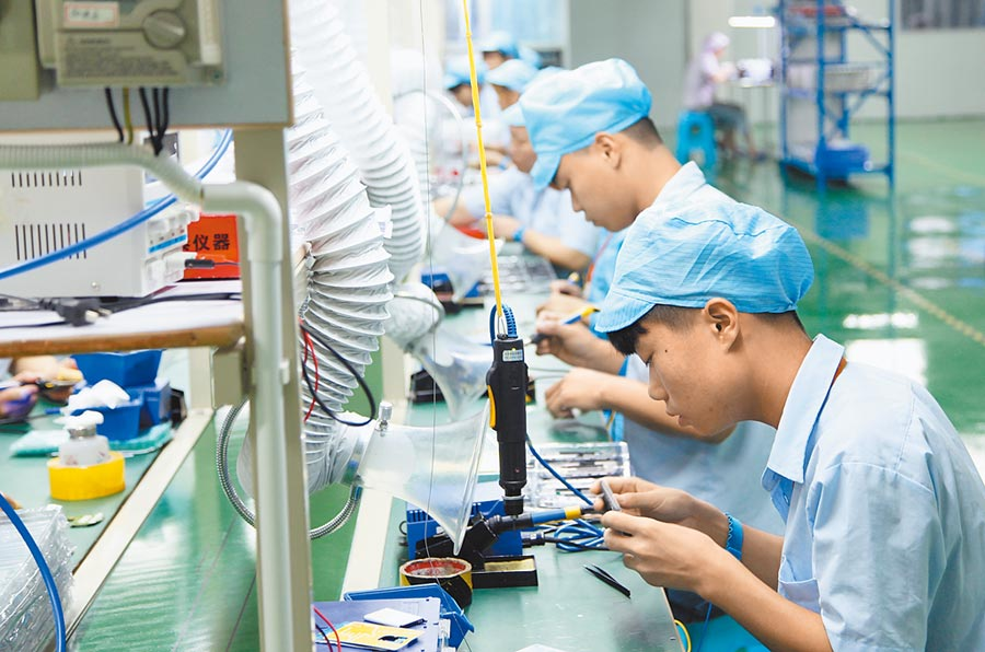 蘋果AirPod恐會因疫情影響而缺貨,圖為工人們在四川一家手機工廠內生產手機配件。(新華社資料照片)