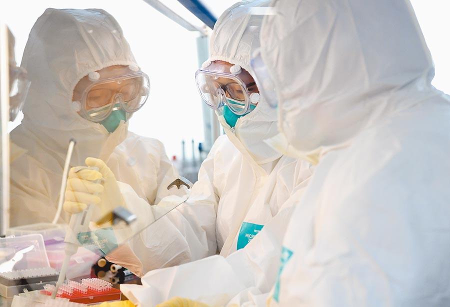 2月4日,河南疾病預防控制中心,工作人員進行新型冠狀病毒核酸檢測。(新華社)