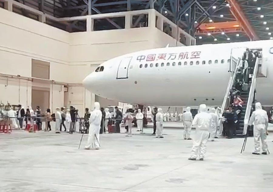 因應武漢肺炎疫情,由中國東方航空載送的首班武漢返台包機。(讀者提供)