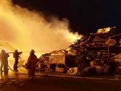 回收場燒廢棄物引大火 消防隊馳援