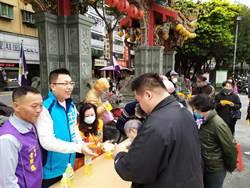 民代王威元聯手國際獅子會發送3000瓶消毒藥水 近千民眾搶排隊