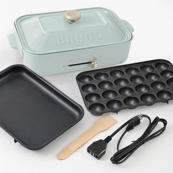 momo購物網的日本BRUNO多功能電烤盤,土耳其藍色,原價3990元,2月28日前特價3290元。(momo購物網提供)