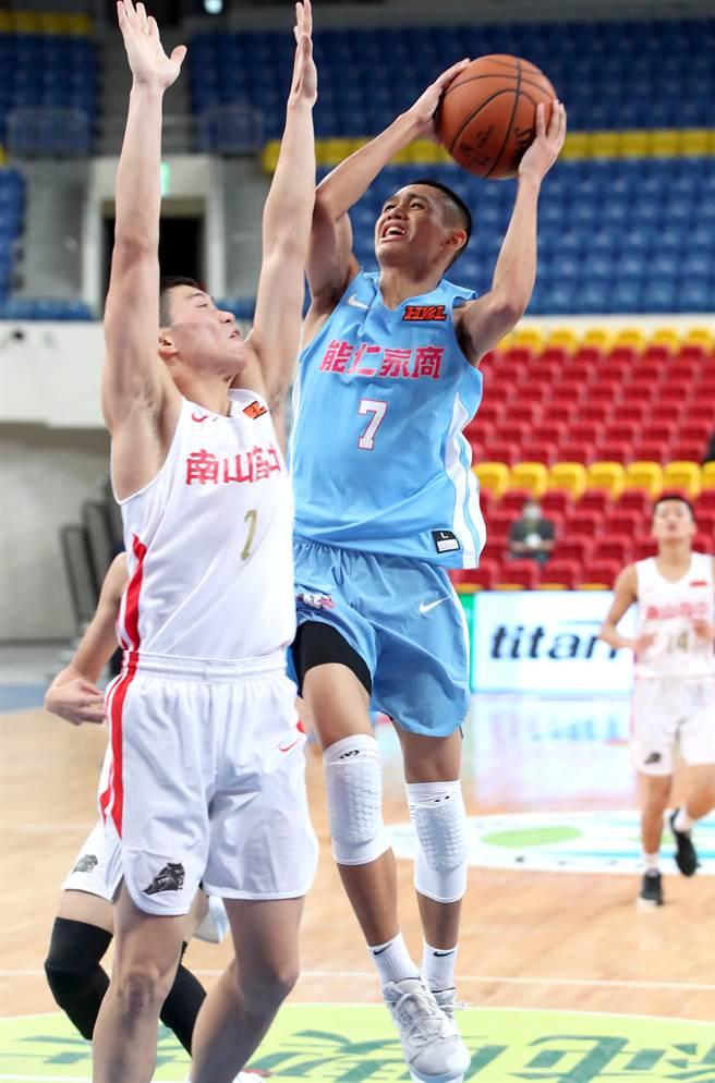 能仁游艾喆(中)的家人特地為了HBL 8強賽排假,可惜這次比賽因為武漢肺炎疫情不開放觀眾進場,讓他有點失落。(鄭任南攝)