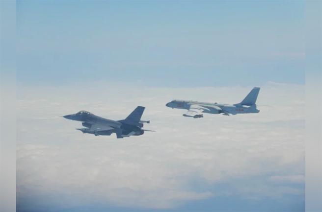 台灣F-16戰機監控共軍轟六戰機畫面。(圖/國防部)