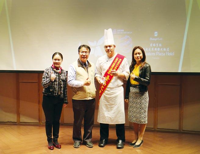 台南市長黃偉哲(左二)頒發「台南之光」獎項表揚台南遠東許煜新主廚(右二),讚許其成功行銷台南,並肯定周麗華總經理(左一)對台南的貢獻。圖/業者提供