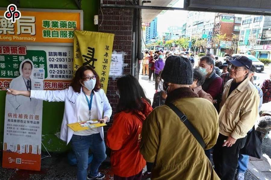 買口罩實名制6日上路,圖為台北市文山區健保特約藥局外,民眾一早的排隊情況。(本報資料照)