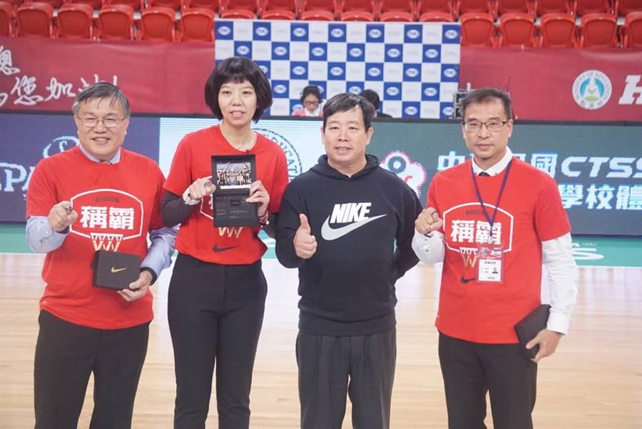 南山高中教練李陸臻(左二)領取107學年聯賽冠軍戒。(陳筱琳攝)