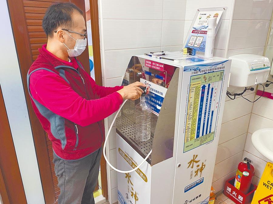 旺旺集團4日起免費提供領有媽媽手冊等族群,每日每戶1公升水神抗茵液,一起守護台灣。(陳育賢攝)