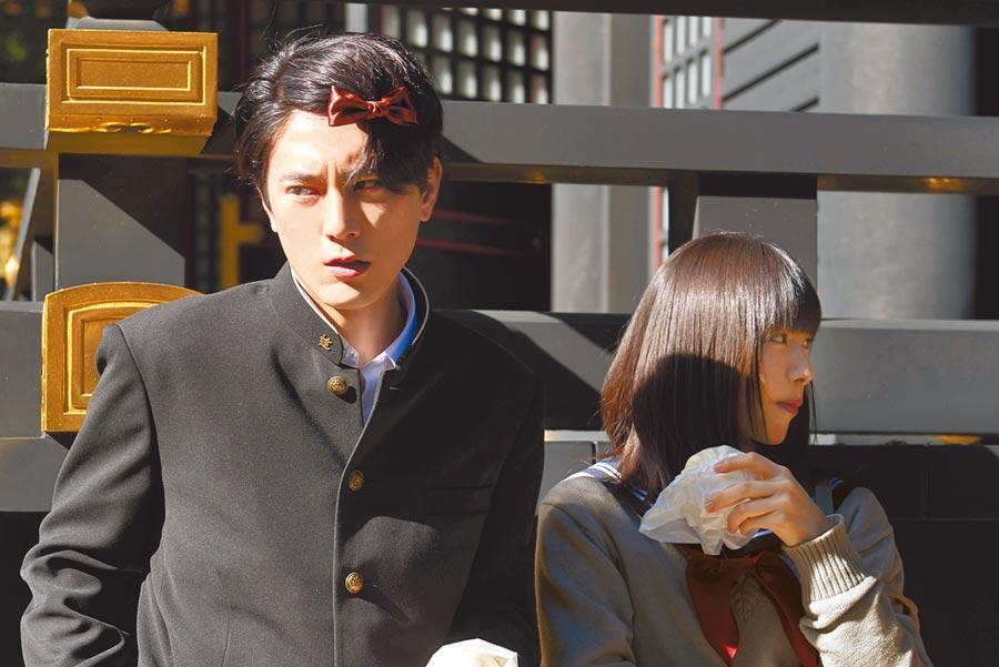 間宮祥太朗(左)飾演對生活毫無幹勁的厭世少年。(威視電影提供)