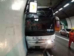 疑駕駛身體不適 客運雪隧撞壁 駕駛重傷5乘客輕傷