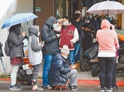 口罩之亂 民眾冒低溫備矮凳排3小時