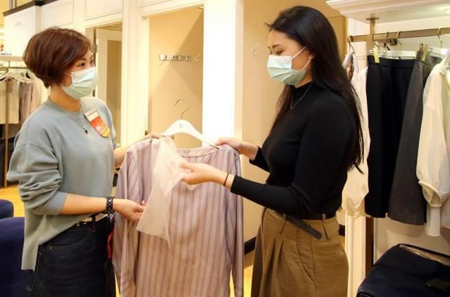 新光三越專櫃提供消費者試穿服飾時,使用拋棄式頭套。(新光三越提供)