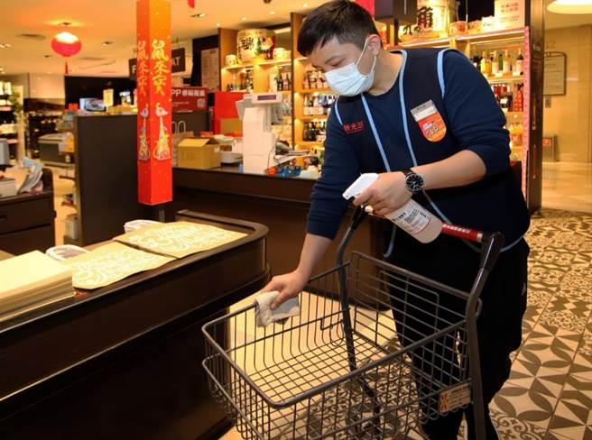 新光三越超市手推車在消費者使用前後皆消毒。(新光三越提供)