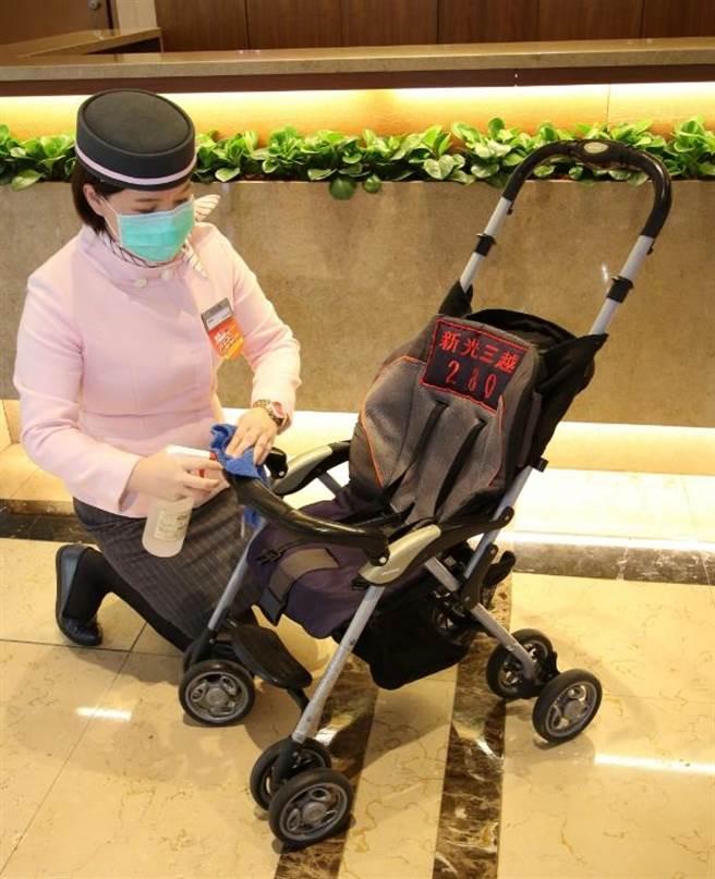 新光三越娃娃車使用前後皆消毒。(新光三越提供)