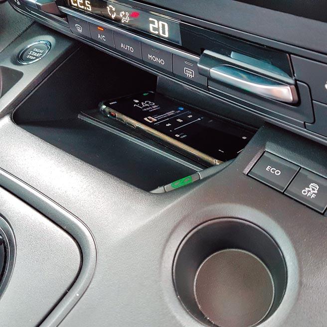 Qi無線充電板,充電時會以綠燈顯示。(陳大任攝)