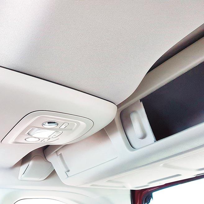 吸頂置物箱內側有滑門方便後座乘客取用。(陳大任攝)