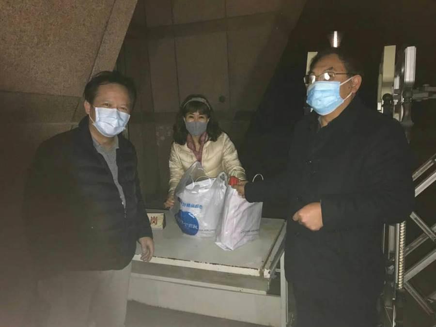 荊州台商(左)與荊門台辦(右)共同將血友病童的藥交病童母親(中)。(圖取自 姚人多 Facebook)