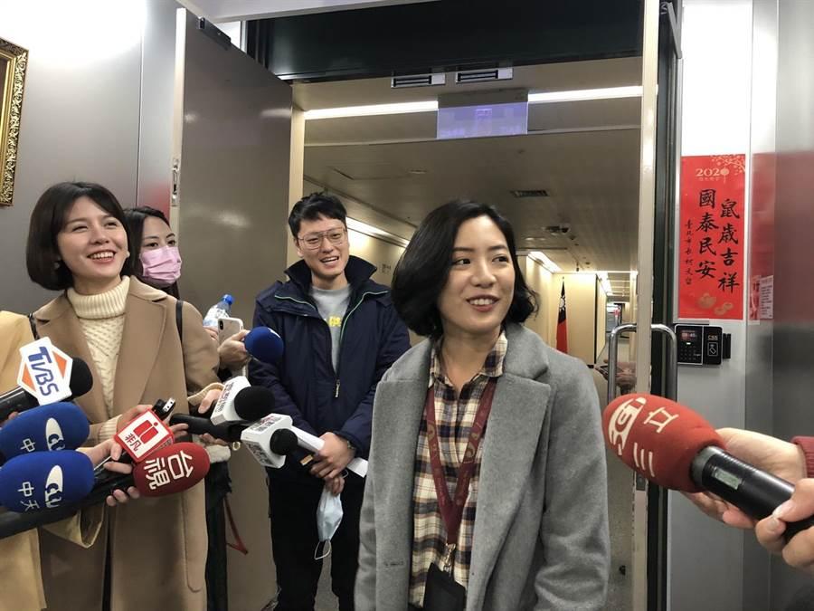「學姐」黃瀞瑩(右)10日回鍋北市府擔任副發言人,卻爆出爭議。(張立勳攝)