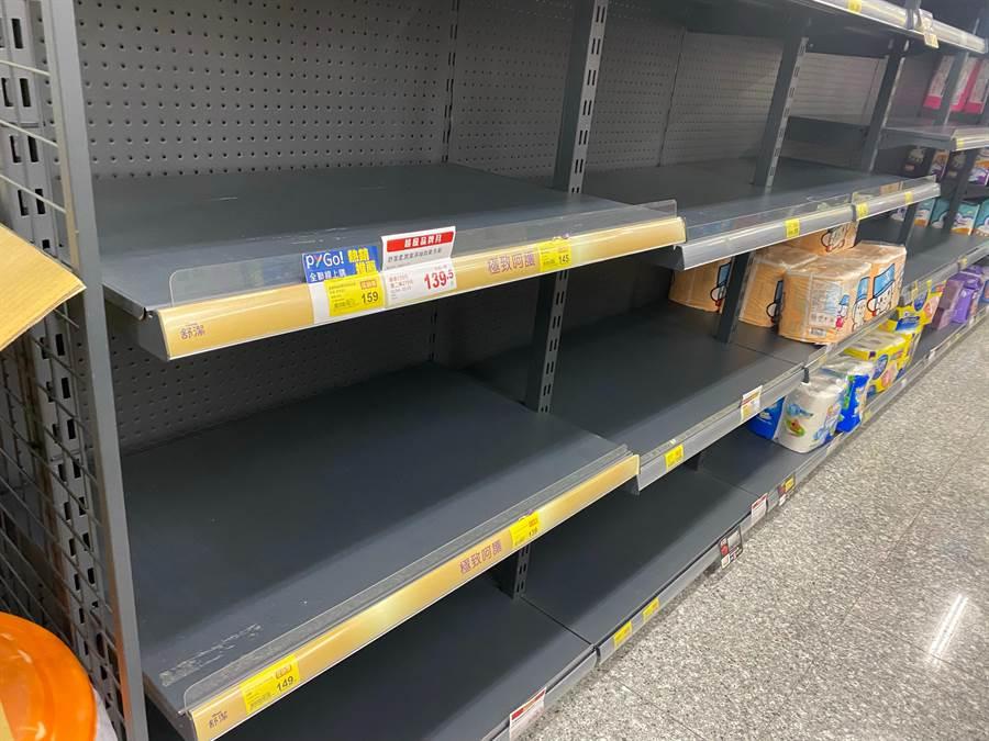 圖為新北市新莊區多間賣場貨架上衛生紙、尿布等仍被搶購一空。(資料照,戴上容攝)