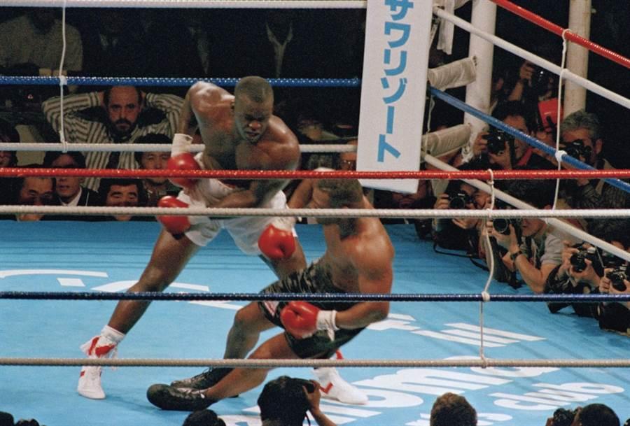 道格拉斯(左)在1990年2月爆冷打败拳王泰森。 (美联社资料照)