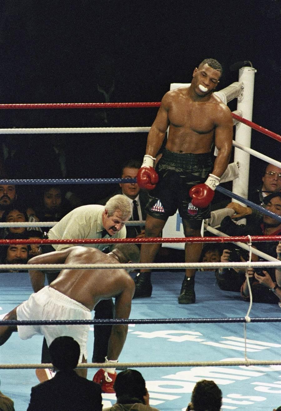 泰森第八回合打倒道格拉斯,但是道格拉斯在10秒前起身。 (美联社资料照)