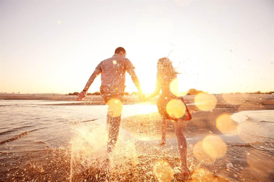 夫妻海中慶周年 巨浪來襲慘變悲劇(示意圖/達志影像)