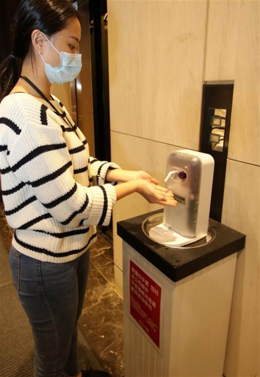新光三越重要出入口+美食樓層皆設感應式手部消毒器。(新光三越提供)