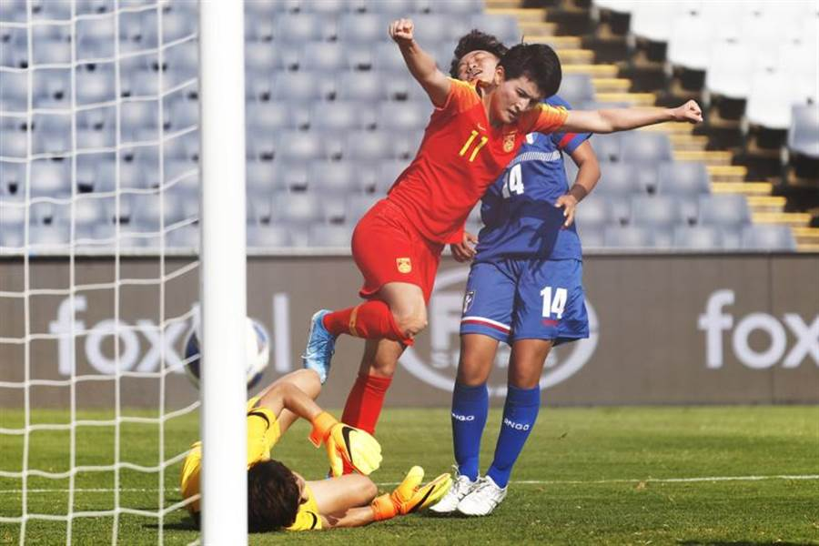 大陸前鋒王姍姍(中)在3分鐘內連進兩球,讓中華隊以0比4落後。(美聯社)