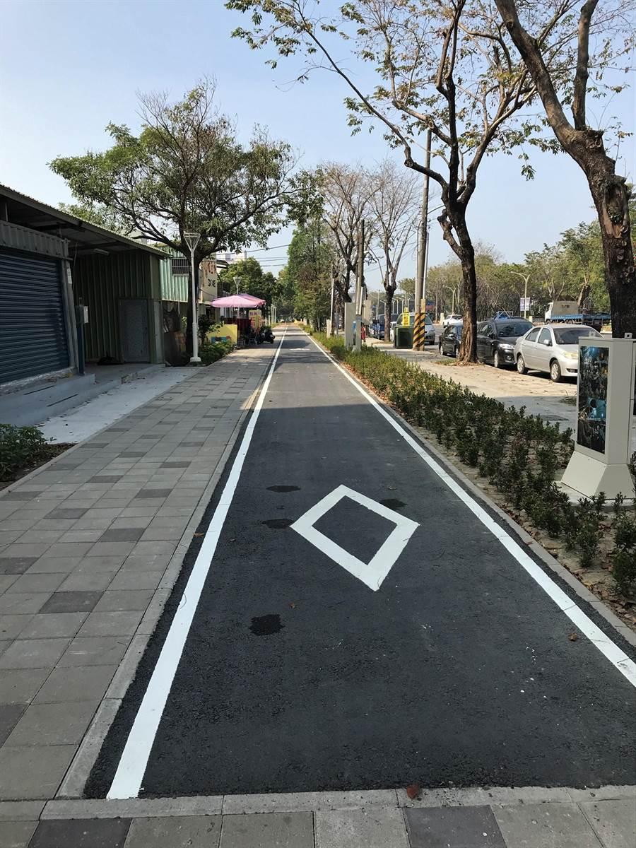民進黨立委邱志偉成功爭取經費,整修岡山區河華路旁的行人與自行車步道。(林瑞益攝)