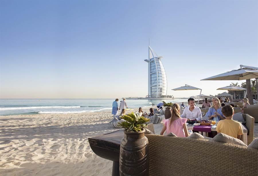 海邊用餐,背後是著名的七星帆船飯店。圖:業者提供