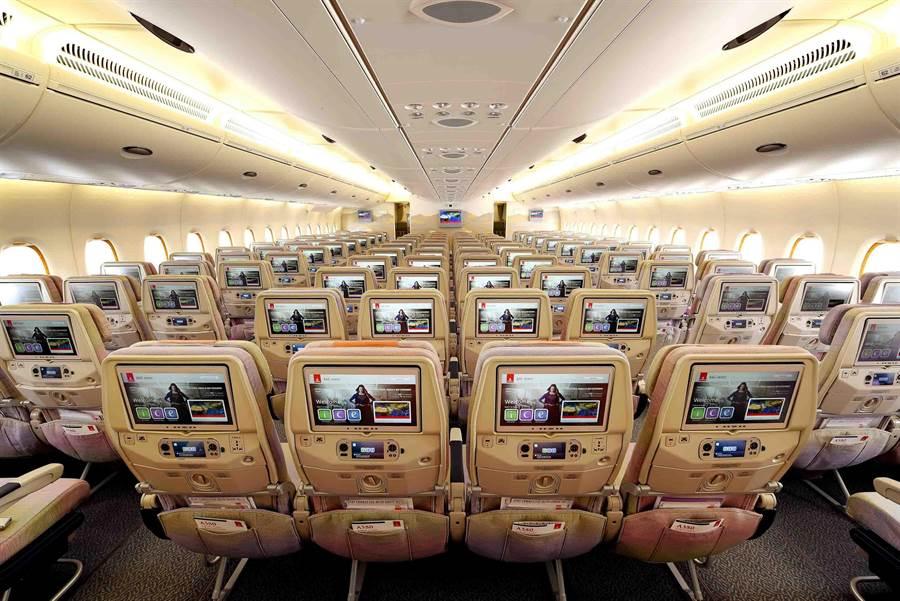 阿聯酋航空經濟艙備有13.3吋超大機上娛樂系統螢幕。圖:業者提供
