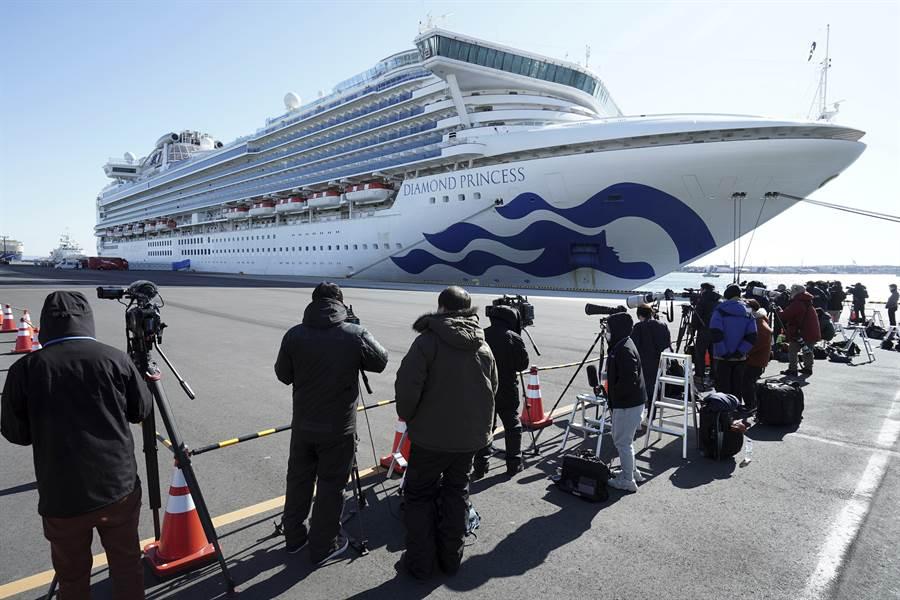 鑽石公主號郵輪停靠的橫濱港內有許多記者在等最新消息。(美聯社)
