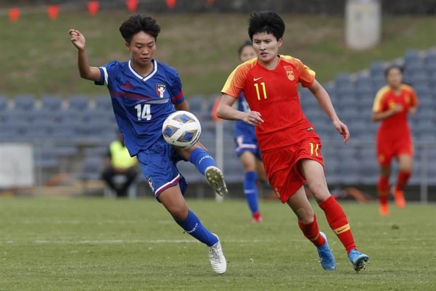 中華女足無緣東京奧運,但藍昱絜(左)等年輕球員在一系列的資格賽成長許多。(美聯社)