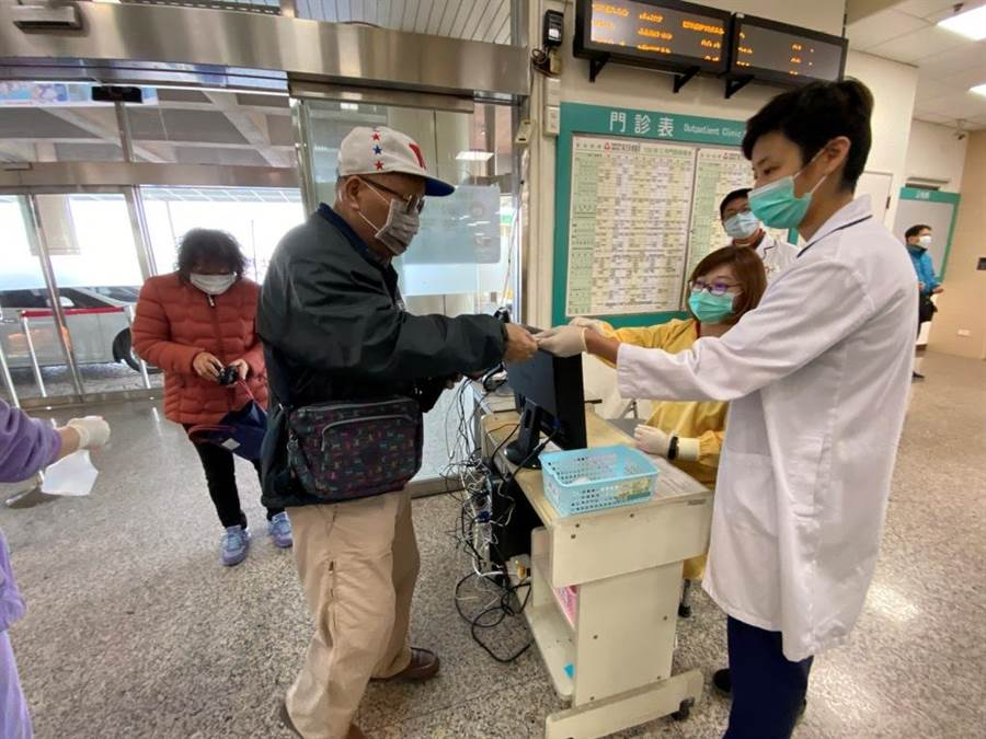 麻豆新樓醫院包括病患、家屬、外送人員及廠商進入都要刷健保卡管制。(麻豆新樓醫院提供/莊曜聰台南傳真)