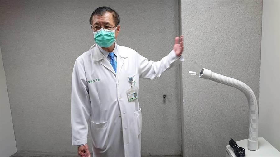 奇美醫院永康院區院長邱仲慶介紹防疫站內的篩檢房間。(程炳璋攝)