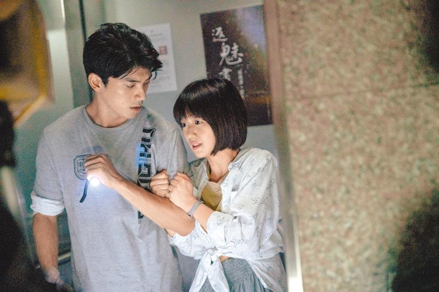 嚴正嵐(右)與林哲熹片中演出兩小無猜的情侶。(傳影互動提供)