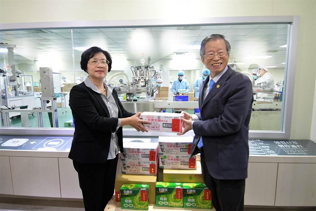王惠美送上雞精生乳及餅乾等營養品,也允諾會要求各局處,協助工廠接下來擴廠所面臨到的問題,讓工廠安心的全力拚產量。(吳建輝攝)