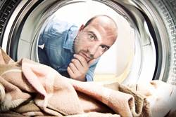 倒完洗衣粉發現異物 他一看不得了