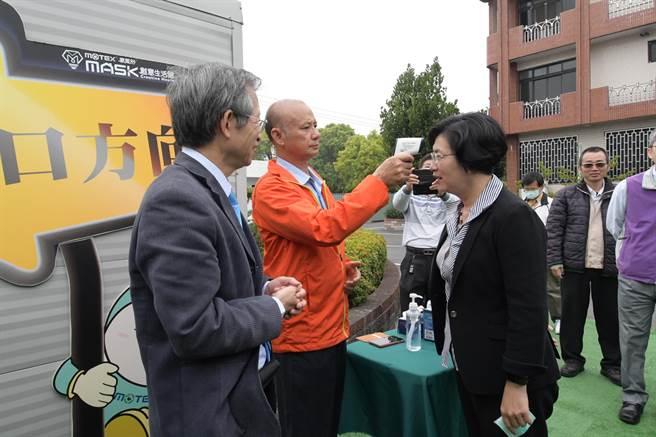 華新口罩工廠為了保護廠區,進入場內都需要先量測體溫,縣長當然也不例外。(吳建輝攝)