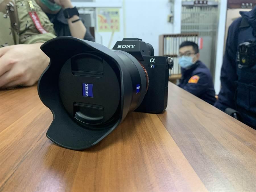 就是這台價值約12萬元新台幣的照相機,讓德國饒舌歌手Chefket的攝影師及造型師感受到台灣真是「美好的地方!」。(台中市警局二分局提供/台中馮惠宜傳真)
