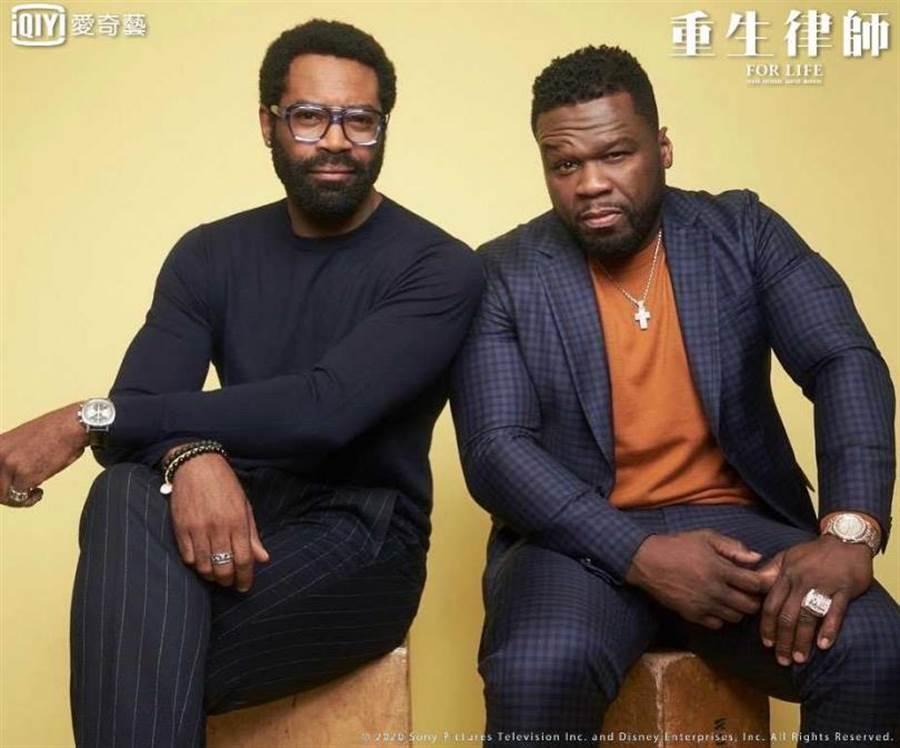 主角尼古拉斯·平諾克(左)與擔任新戲監製的饒舌歌手五角(50 Cent)。(圖/愛奇藝台灣站提供)