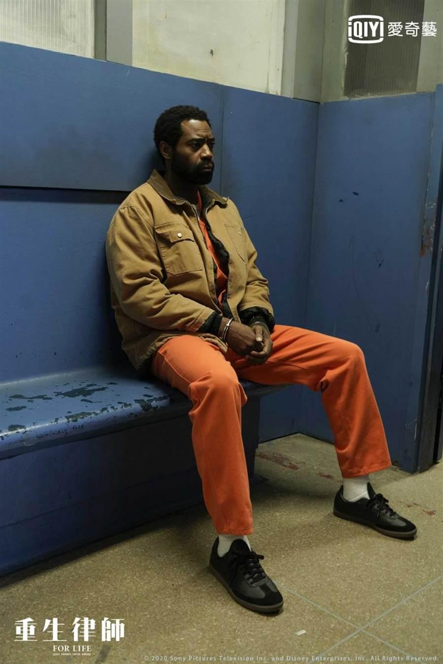 平諾克飾演亞倫·華萊士(Aaron Wallace)無辜入獄卻被判處無期徒刑。(圖/愛奇藝台灣站提供)