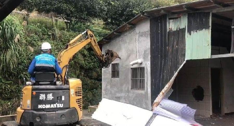 平溪深山蓋賭場,新北市今派拆除大隊拆除鐵皮屋違建。(許家寧翻攝)