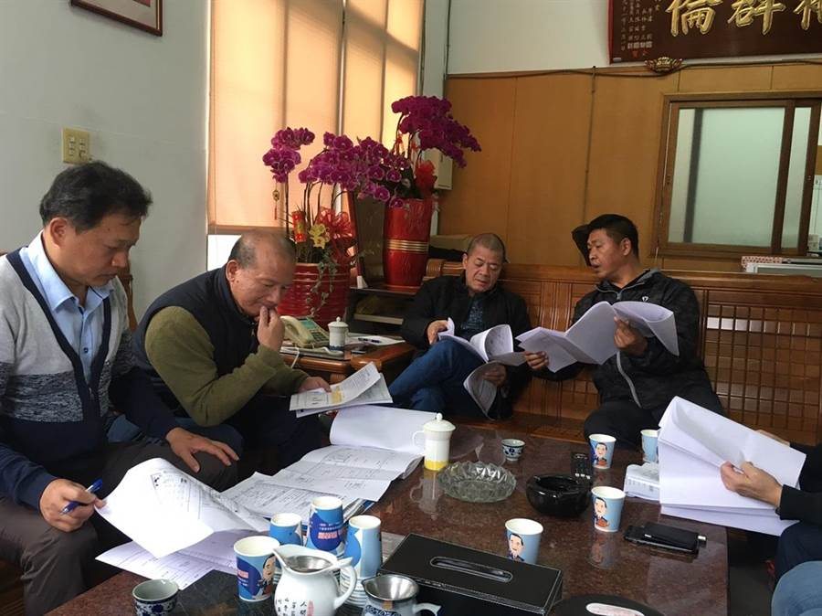清水國民運動中心已完成用地取得,台中市議長張清照(左二)、前議長張清堂(右二)緊盯進度。(王文吉攝)