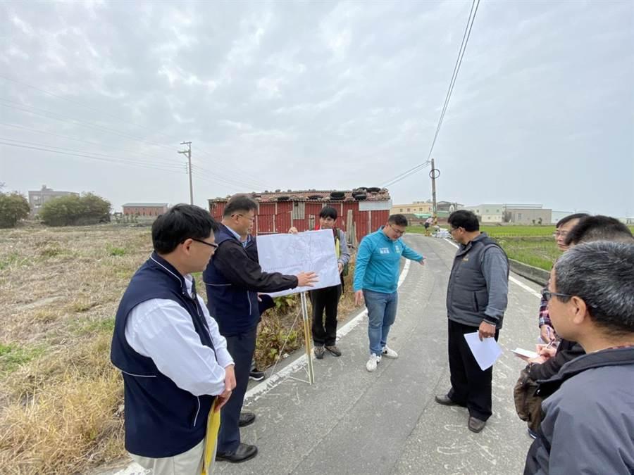 台中市議員施志昌邀集相關單位會勘大安區路面狀況,要求市府儘快進行路面修復工程。(王文吉攝)