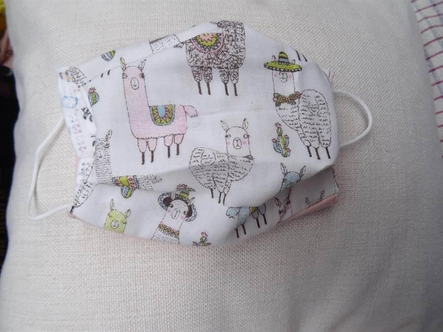 歐陽妮妮因應市場民眾需求,自己以外層有機棉花布,內層用日本紗布製作兒童手作口罩布套,不但色彩繽紛,內層的親膚性也很好。(馮惠宜攝)