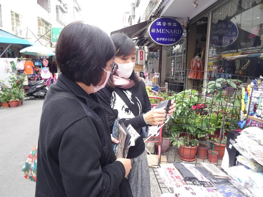 位於向上市場「貝兒小兔」(美村路一段270巷18號前)一擺攤,色彩繽紛的布口罩、口罩布套立即吸引許多粉領族和媽媽們上前詢問採買。(馮惠宜攝)